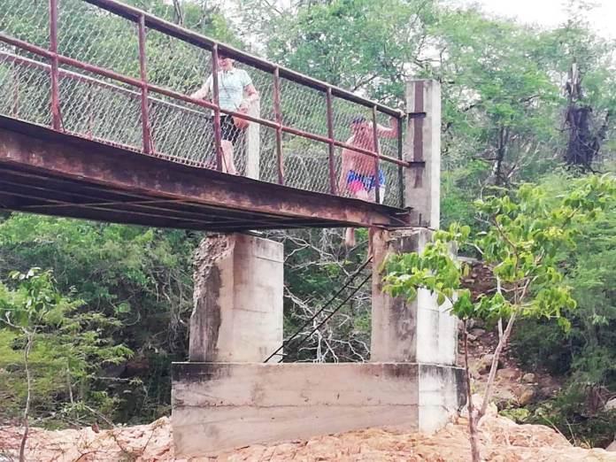 Por ahí deben pasar los habitantes del poblado de Guayacanal, bajo la sombra del peligro.