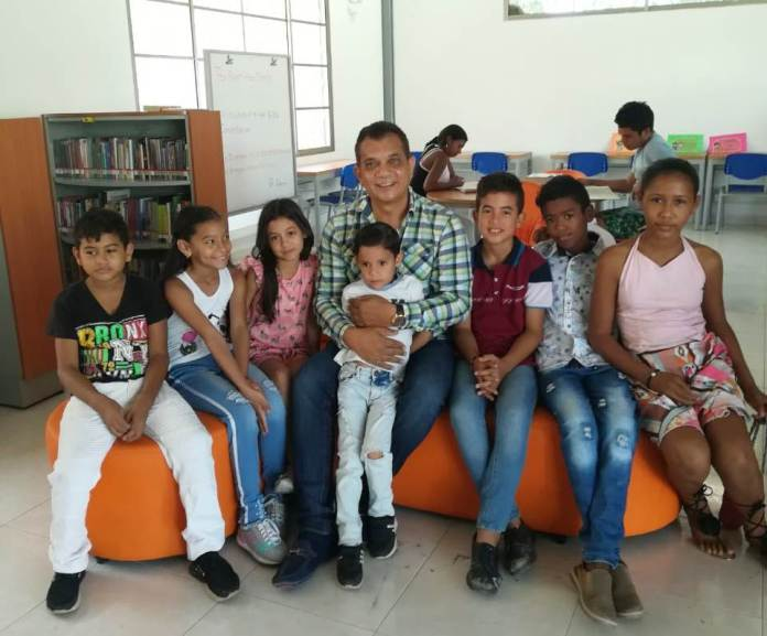 Walter Mendoza Martínez, profesor y periodista en programa lectivo abierto en la biblioteca de San Juan.