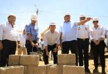 El ministro de Vivienda, Ciudad y Territorio, Jonathán Malagón, poniendo la primera piedra del proyecto Jietka Wayúu en Manaure. Foto: René Valenzuela (MVCT).