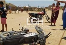 Instantes cuando se presentó el choque entre dos motos en Uribia.