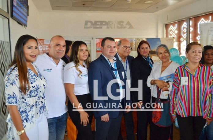 Los miembros de la delegación de arubianos en Riohacha, con miembros de la empresa Aruba Airlines y funcionarios del departamento y Distrito y empresarios riohacheros.