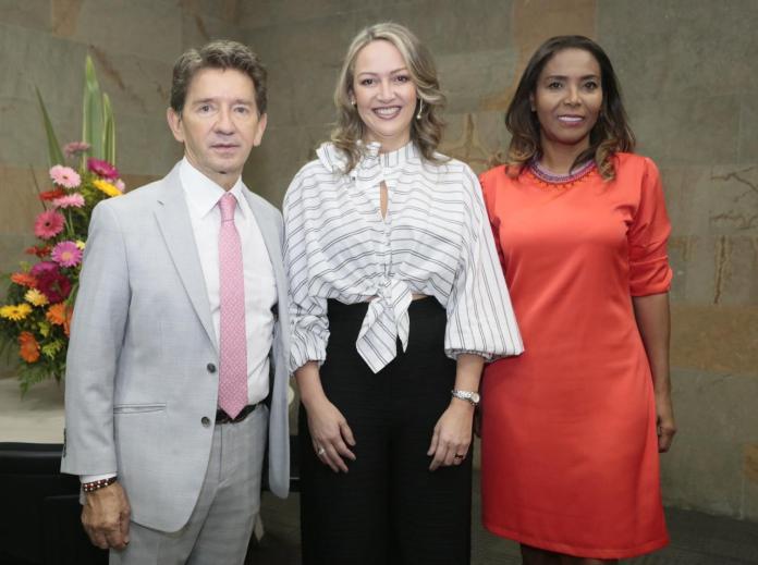 Luis Pérez Gutiérrez, gobernador de Antioquia; Paula Cortés Calle, presidenta de Anato y Carmen Vásquez, ministra de Cultura.
