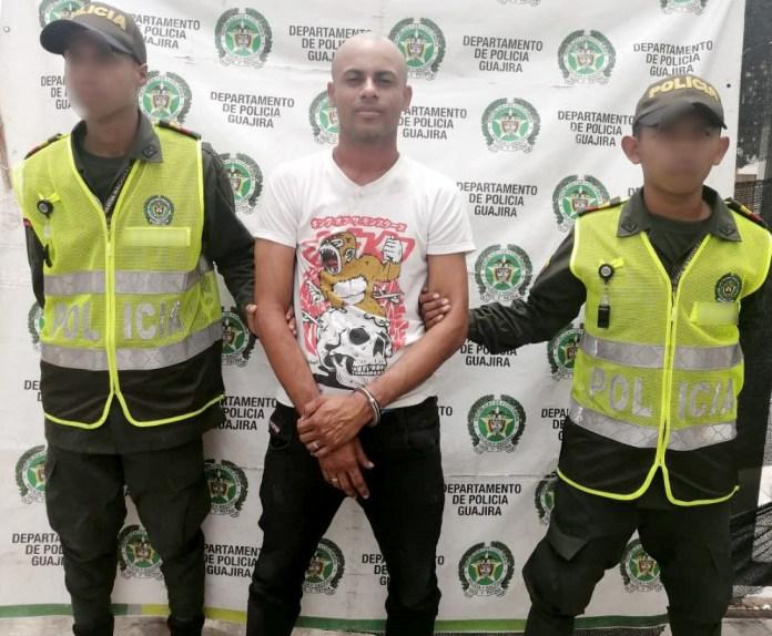 El capturado cuando era presentado ante los medios de communicación.