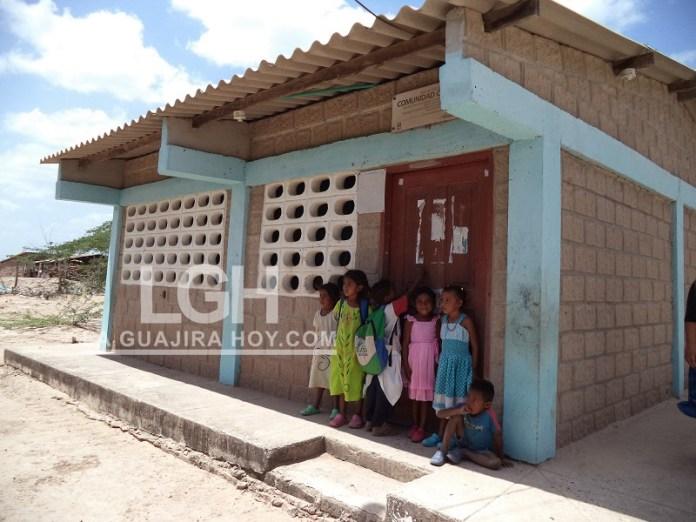 El aula escolar atiende a 20 niños en primer grado.