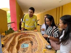 Funcionario de Cerrejón explicando a estudiantes de Uniguajira la ruta de extracción minera en La Guajira y el impacto social.