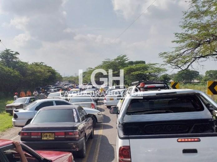 Vehículos de lado y lado de la vía quedaron atrapados en los bloqueos que se presentaron en la mañana y parte de la tarde de este viernes.