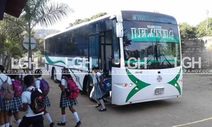 En cómodos y modernos buses, los estudiantes de La Guajira esperan y esperan y nada que tienen transporte.