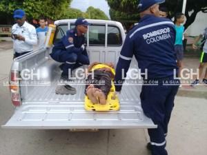 Instantes cuando un miembro del cuerpo de Bomberos de Fonseca, le brindaba auxilio.