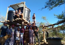 Jóvenes santandereanos que ganaron el V Desafío del Agua Pavco realizando un proyecto para extraer agua, siendo puesto en funcionamiento en comunidades indígenas del departamento de La Guajira.