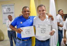 Aquí aparece el concejal Roberto Movil junto al alcalde Hamilton Raúl García Peñaranda; quien también recibió la credencial.