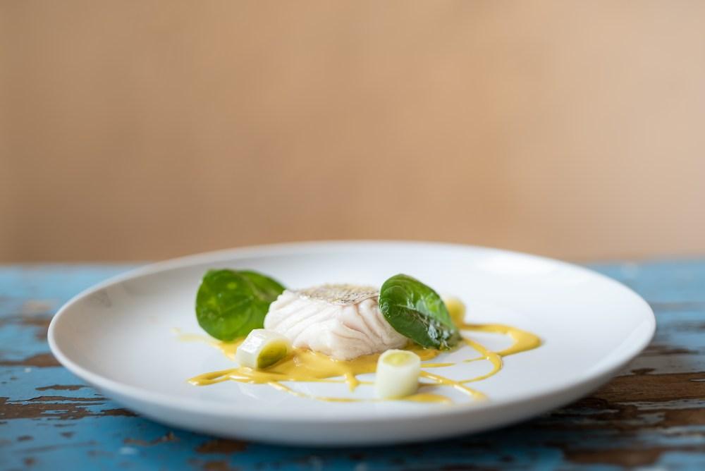 Plato - Merluza de pincho, pilpil de piparra, puerro confitado y ajob blanco (5)