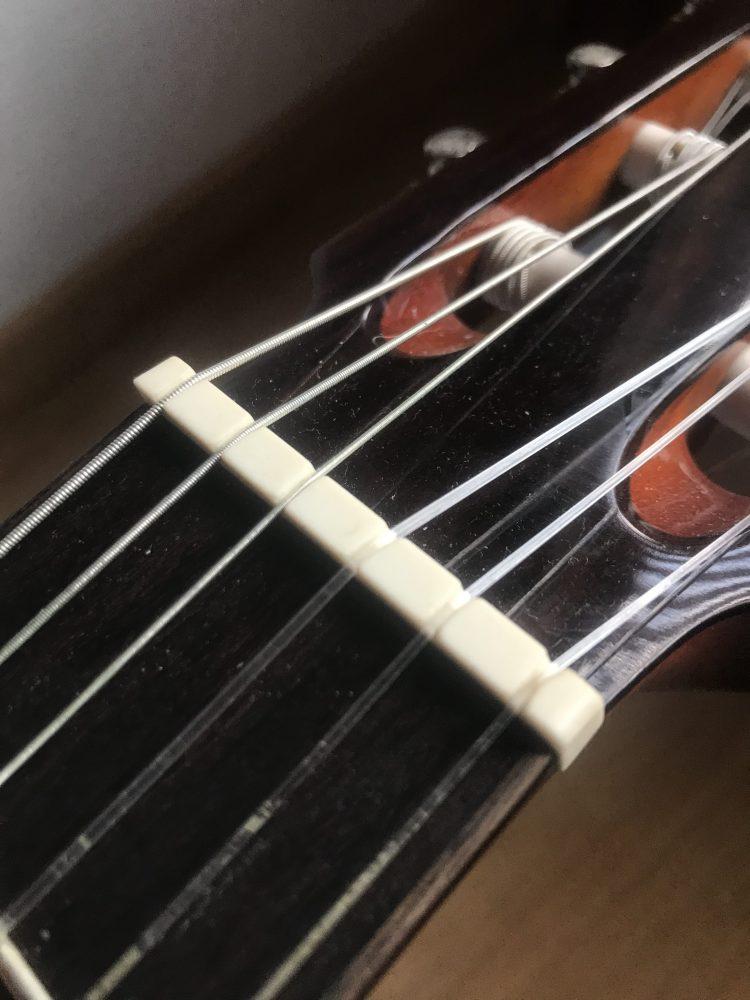Parte de la guitarra española: puente menor o cejuela