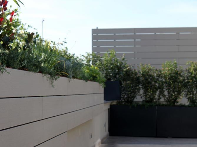 Jardín terraza con madera sintética de exterior