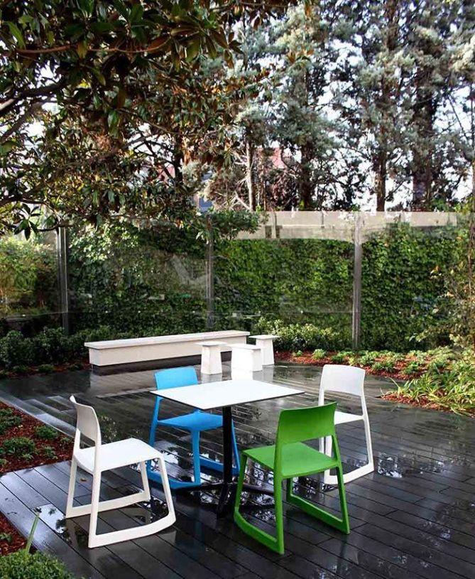 Mobiliario de exterior para oficinas con mesas