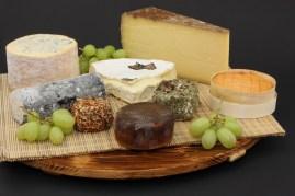 Nous prêtons des plateaux en bois pour votre assortiment de fromage sur commande.