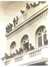 fidel-y-camilo-en-el-balcon-del-regimeinto-de-la-policia-de-camaguey-el-21-de-octubre-de-1959-580x773