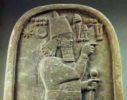 Rey asirio Adad-Nirari III con tocado