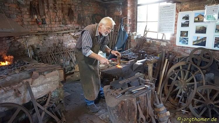 Schmied Kurt in der alten Dorfschmiede
