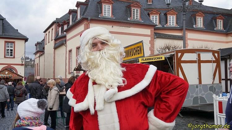 Der Weihnachtsmarkt in Weilburg bietet einiges, von Glühwein bis zur Bratwurst. Und die Partnerstädte sind auch mit Spezialitäten vertreten