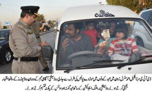 mirza shakil ahmad distributing gift packs among road users