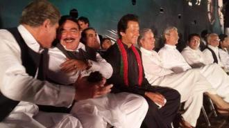 D choke,islamabad Imran khan and other sitting on stage