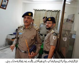 DIG Basheer Ahmad Memon  addressing a Police Darbar at Sector III Rahim Yar Khan
