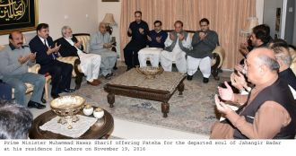 prime-minister-muhammad-nawaz-sharif-offering-fateha-for-the-departed-soul-of-jahangir-badar