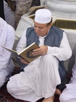 PM Nawaz Sharif-reading -Quran-Masjid-e-Nabvi