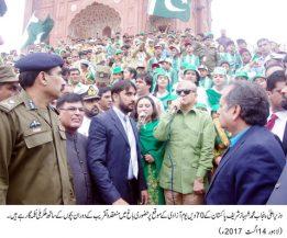 Shahbaz Sharif hoisted the national flag at the historic Alamgiri Gate