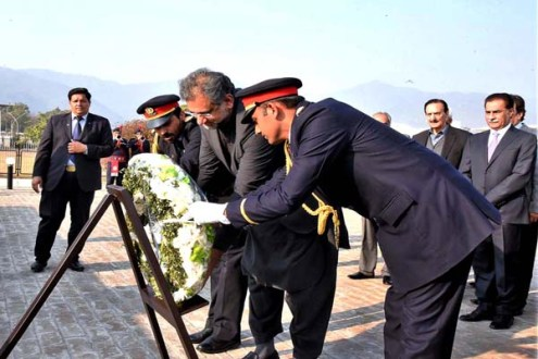 """Shahid Khaqan Abbasi laid a wreath at the monument of """"unsung heroes of democracy"""""""