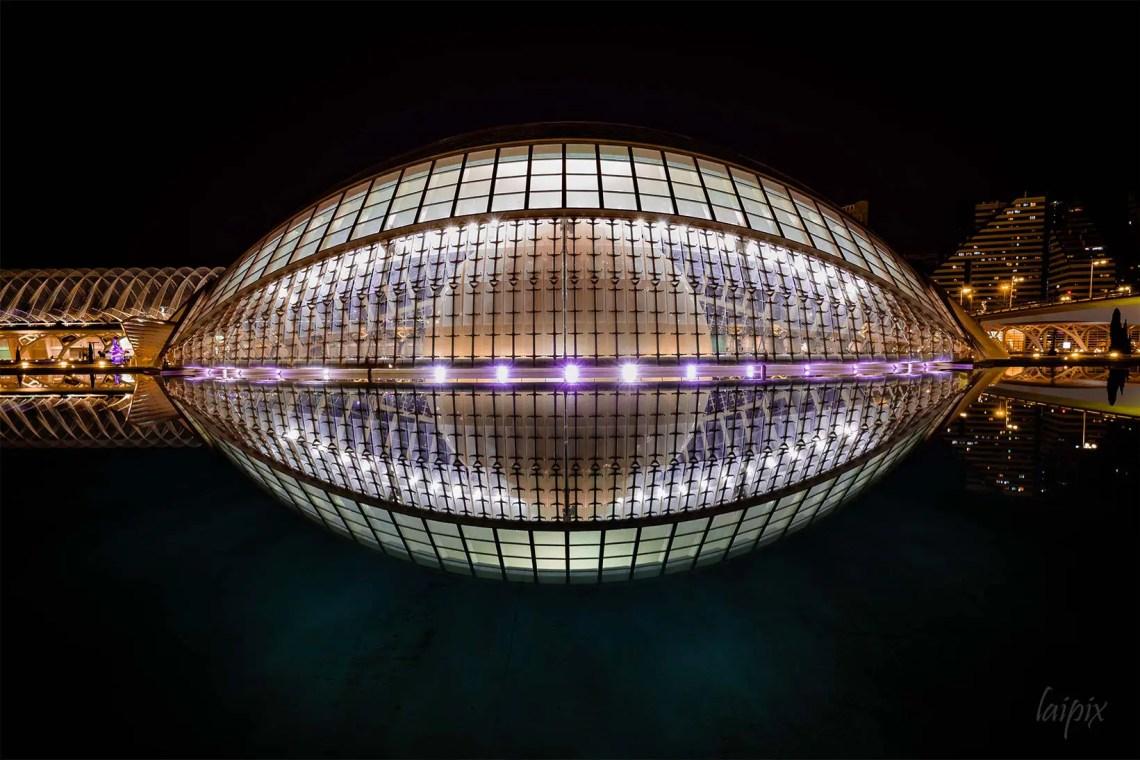 Modernes Gebäude in Form eines Auges