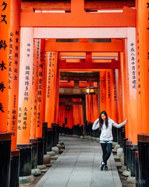 Fushimi Inari Torii Gang Japan Kyoto Mädchen Frau Laterne