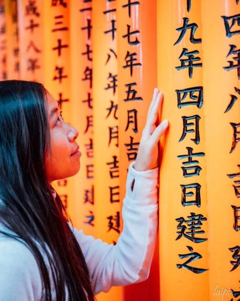 Fushimi Inari Torii Mädchen Japan Kyoto Frau Hand Schrift