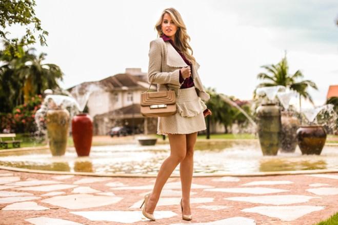 marina-casemiro-ecommerce-analoren-conjunto-tweed-off-white-com-dourado-blazer-saia-babado-look-do-dia-trabalho-look-noite-fashion-scarpin-frio-desfiad-11
