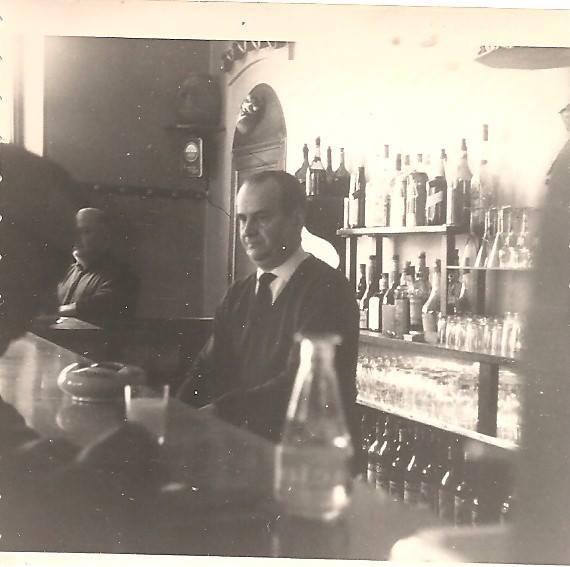 Henri Pastore derrière le comptoir
