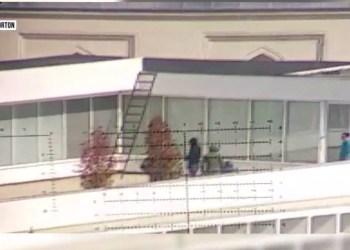 Militantë të PD sulmojnë policinë me gurë nga tarraca e selisë blu – VIDEO