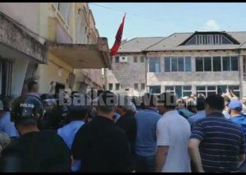 Tension e përplasje me Policinë në KZAZ-të Delvinë e Çorovodë