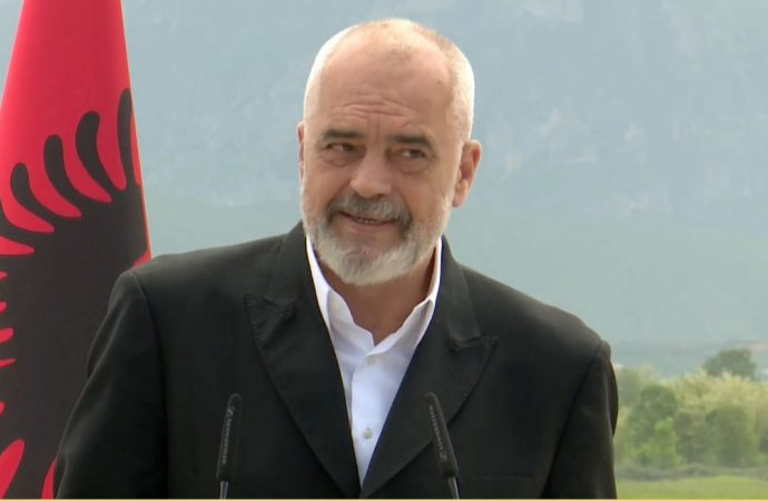 Kryeministri Edi Rama uron Kurban Bajramin me pamjet e xhamisë së Ethem Beut