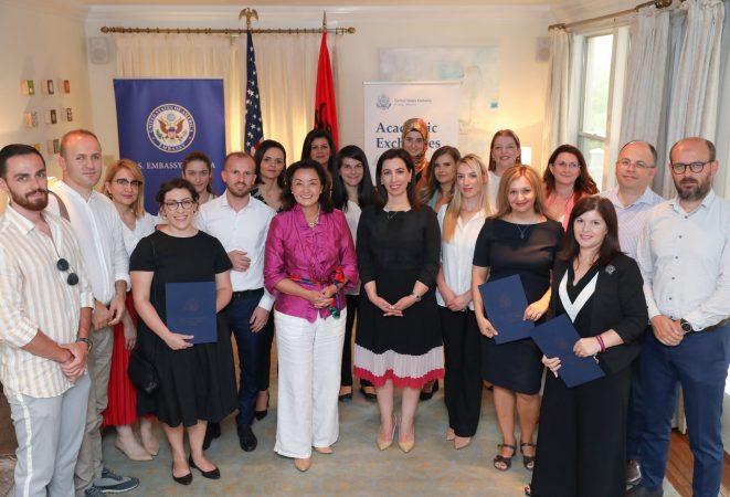Ambasadorja Kim dhe Evis Kushi bursa dhe certifikata studentëve shqiptarë: Kontribuoni në fuqizimin e Shqipërisë