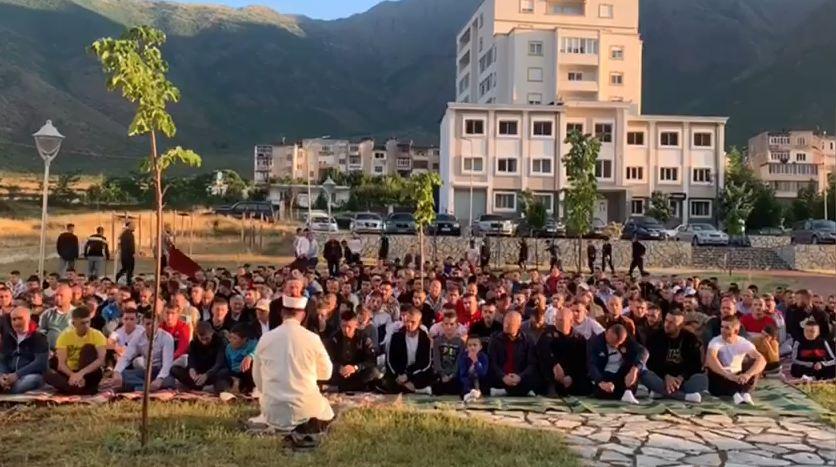 Bulqizë/ Qindra besimtarë myslimanë mblidhen në sheshin para xhamisë për faljen e Namazit