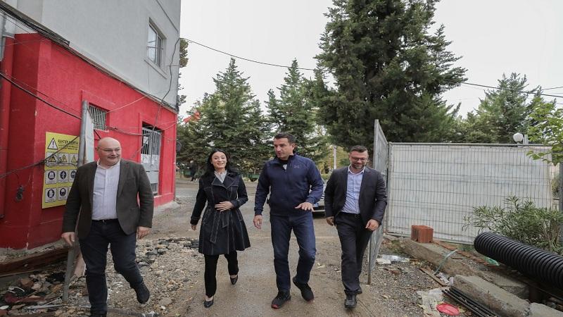 """Kryebashkiaku Veliaj dhe vajza e ish-deputetit inspektojnë punimet në shkollën """"Bashkim Fino"""""""