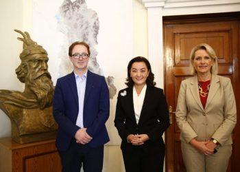 Ambasadorja Kim pret drejtuesit e Komisionit Parlamentar për Punët e Jashtme: Rëndësia e partneritetit midis SHBA-ve dhe Shqipërisë i tejkalon politikat partiake