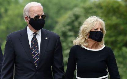 El futuro candidato demócrata a la Casa Blanca, Joe Biden, y su esposa Jill, acudieron a un homenaje a los veteranos de guerra en el Día de los Caídos. Foto: Afp