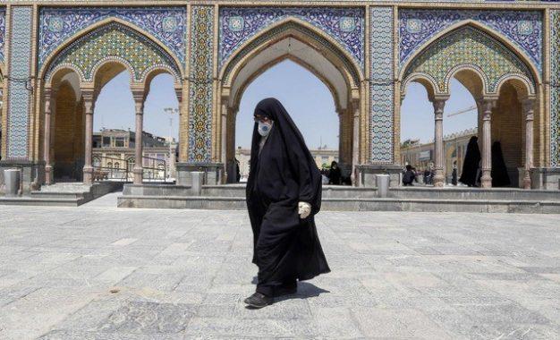 Una mujer iraní visita el santuario Shah Abdol-Azim en Teherán. Foto: Af