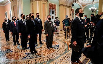 Legisladores estadunidenses presentando el proyecto de juicio político contra el ex presidente. Foto Afp