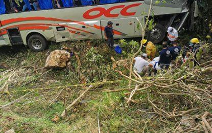 Los heridos fueron revisados por paramédicos. Foto La Jornada