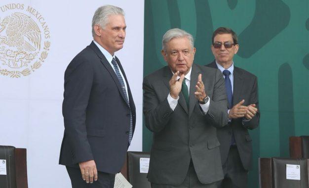 Los presidentes de Cuba, Miguel Díaz-Canel y de México, Andrés Manuel López Obrador, en el acto previo al desfile militar del 16 de septiembre de 2021, en el Zócalo de la Ciudad de México. Foto: José Antonio López