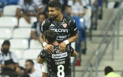 Con un remate de cabeza, Rodrigo Aguirre dio la victoria a su equipo en tiempo de compensación. Foto Afp