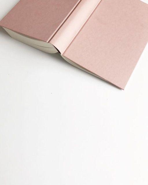Minimalisme, livre rose