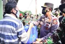 Photo of Panglima TNI dan Kapolri Sosialisasi Vaksin Keliling dan Serahkan Langsung Bansos ke Warga Jakarta